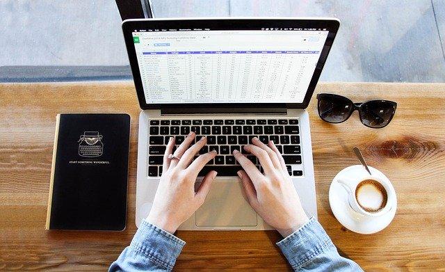 ノートパソコンで入力する女性