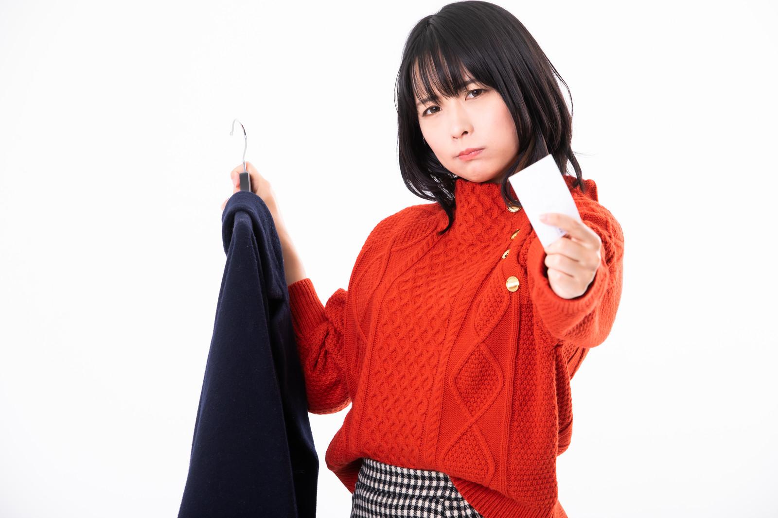 コートから名刺を取り出す女性
