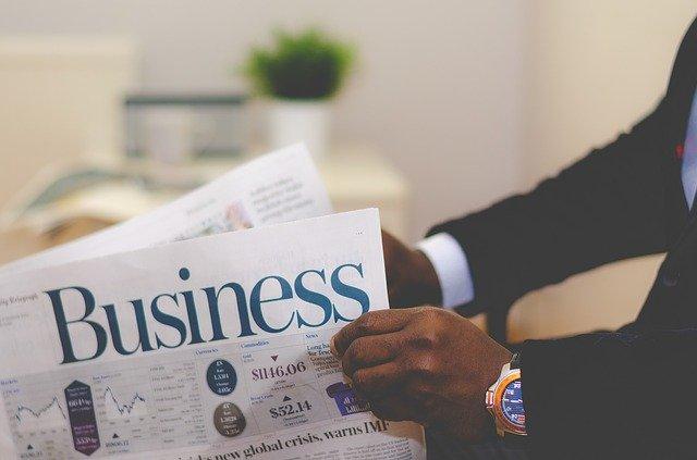 ビジネス紙を読む男性