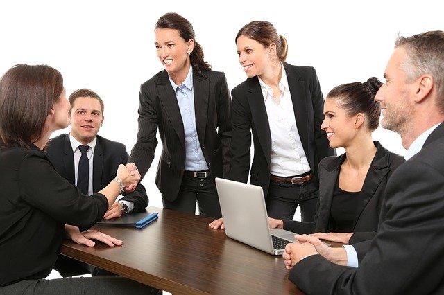 ビジネスの会議で握手する様子