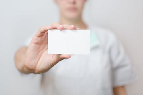 名刺を持った女性の画像