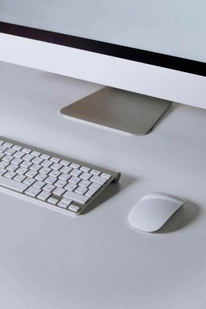 キーボードとマウスが机に載った画像