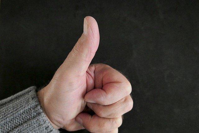 親指を立てた画像