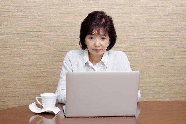 パソコンに向かって入力する女性