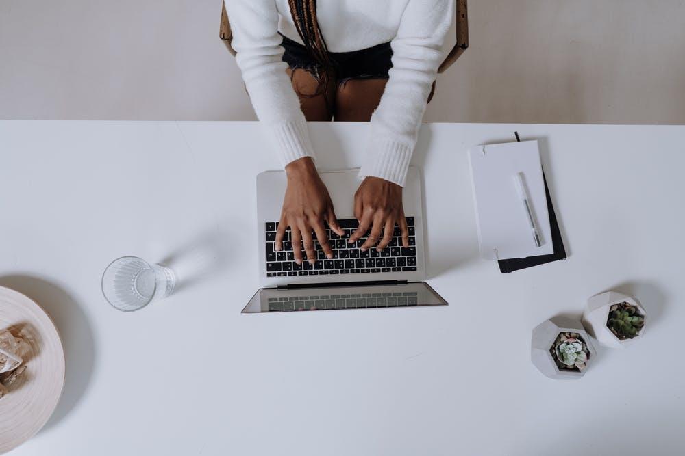 ノートパソコンに入力する女性